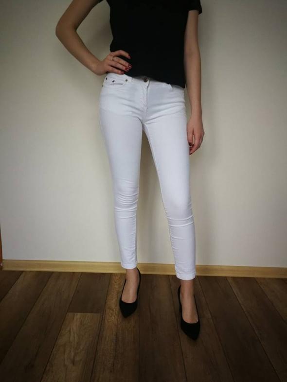 białe spodnie rurki xs...