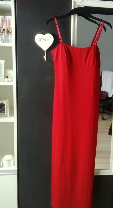 Elegancka minimalistyczna czerwona sukienka maxi