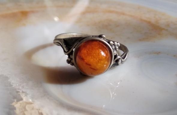 Stary srebrny pierścionek bursztyn
