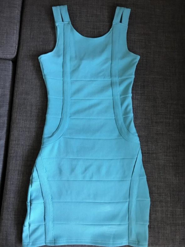 Błękitna dopasowana sukienka