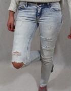jasne spodnie jeansy rurki z przetarciami s...