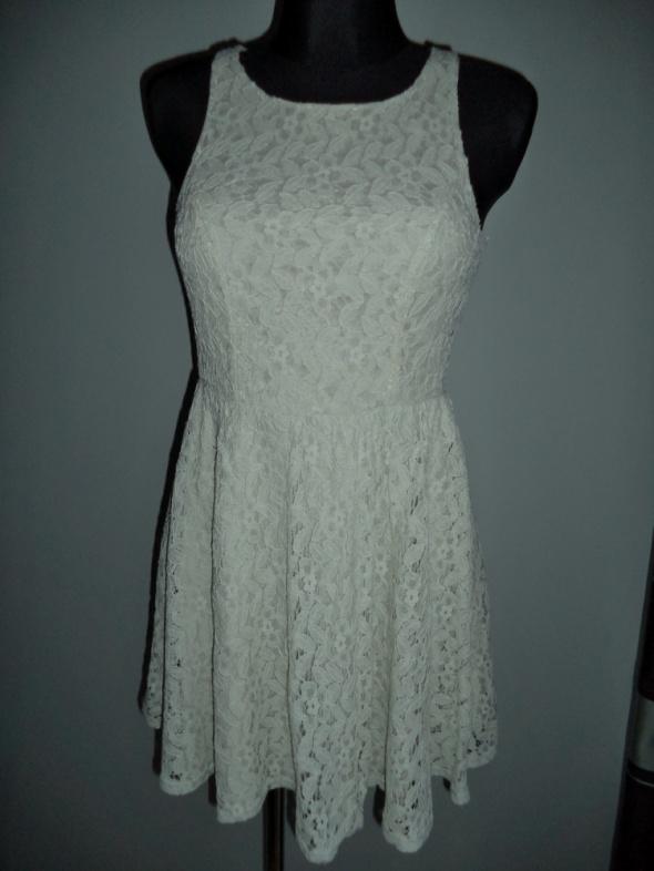 Sukienka koronkowa rozkloszowana