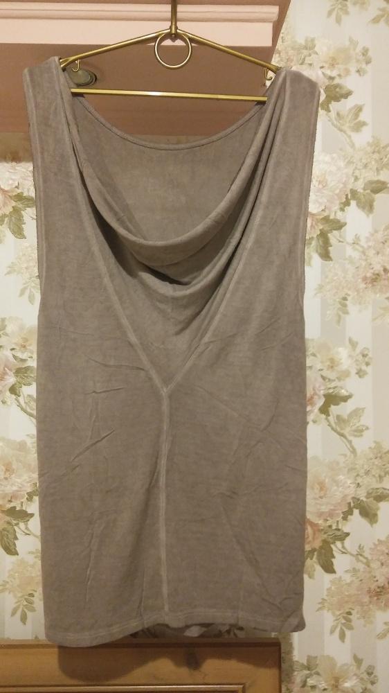 Beżowa bluzka z luźnym dekoldem