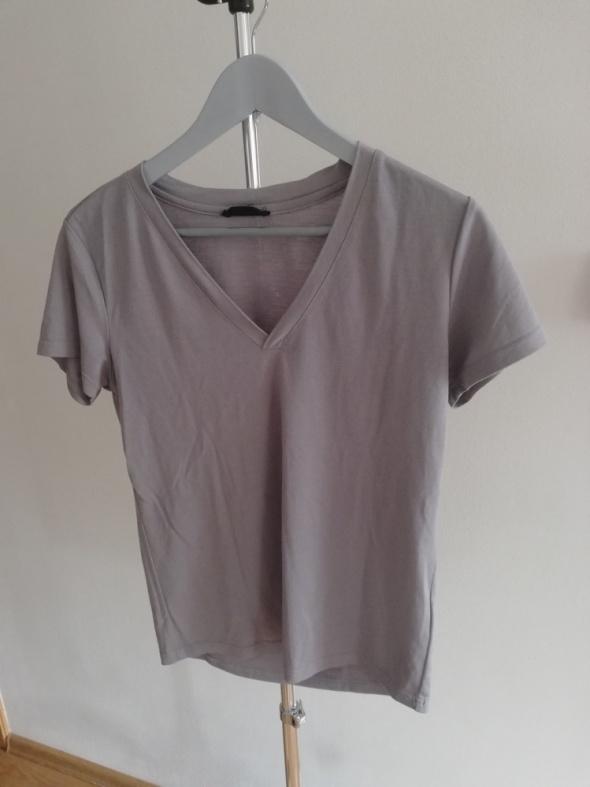 szary t shirt