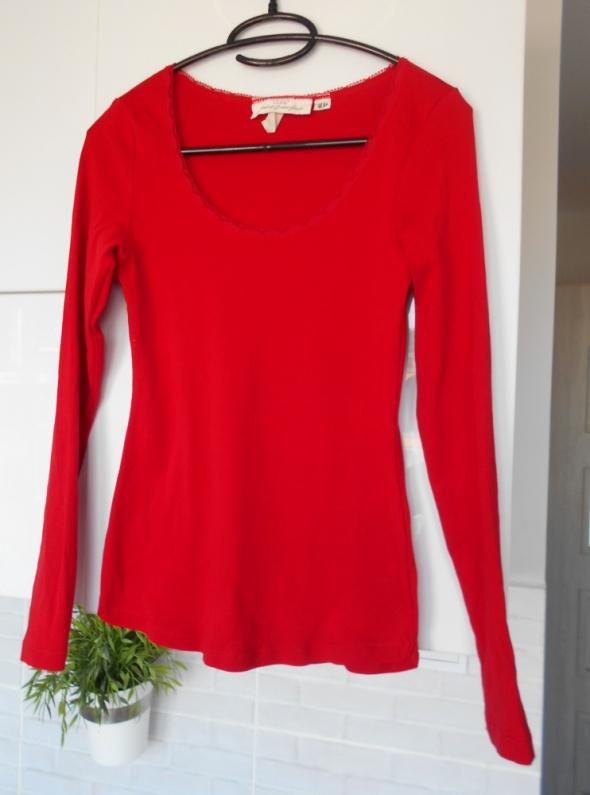 HM czerwona bluzka z długim rękawem minimalizm