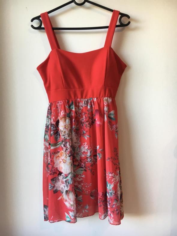 Czerwona sukienka w kwiatki