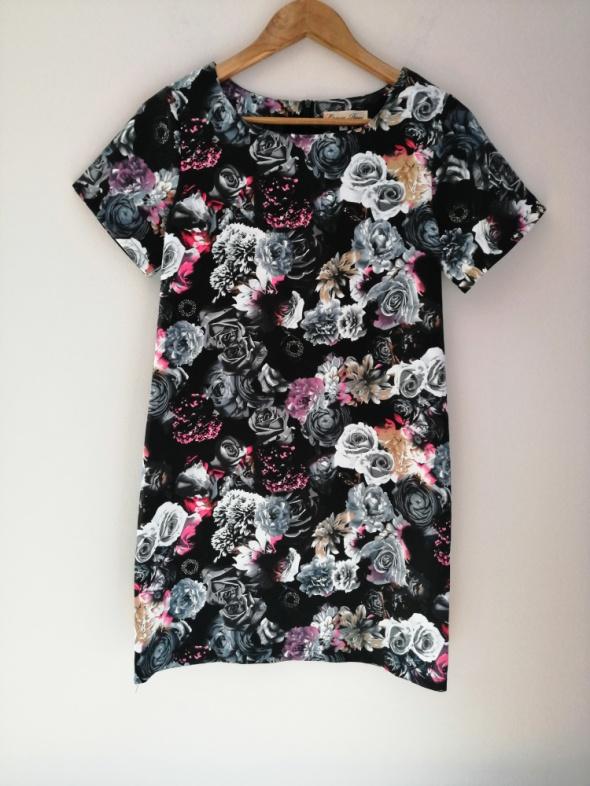 Prosta elegancka sukienka kwiaty Cameo Rose 36 S SB03