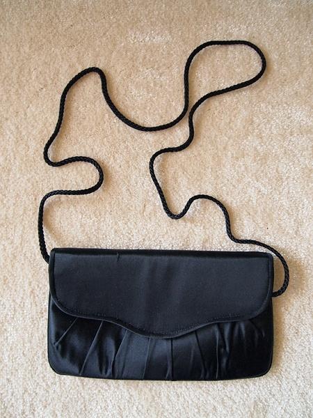 Czarna atłasowa kopertówka John Lewis mała torebka