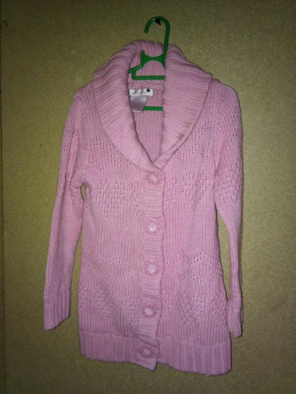 Różowy długi sweter kardigan z kołnierzem 104 cm