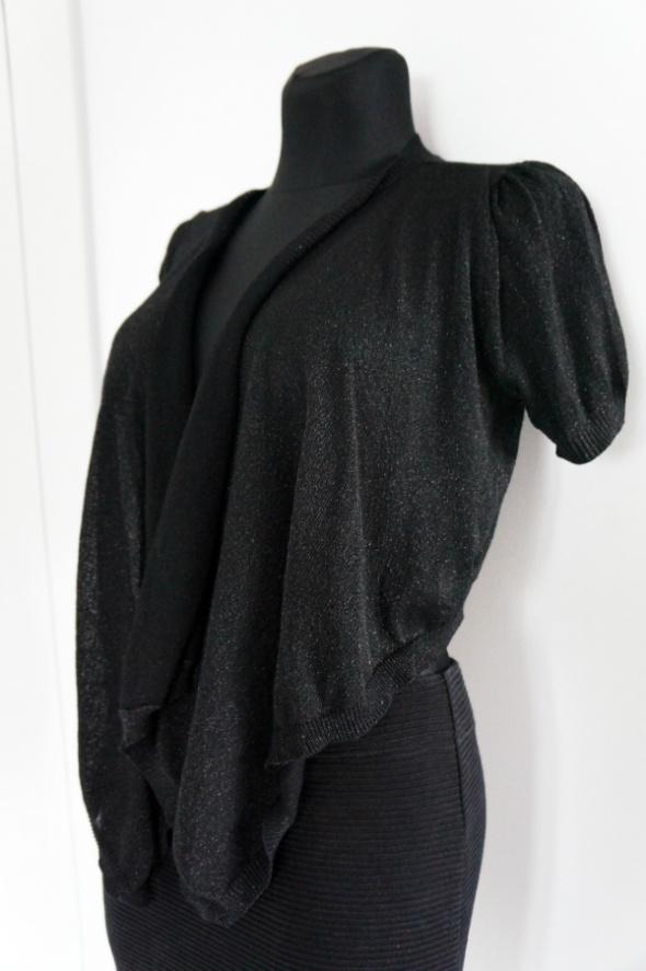 Eleganckie sweterkowe bolerko ze srebrną nitką