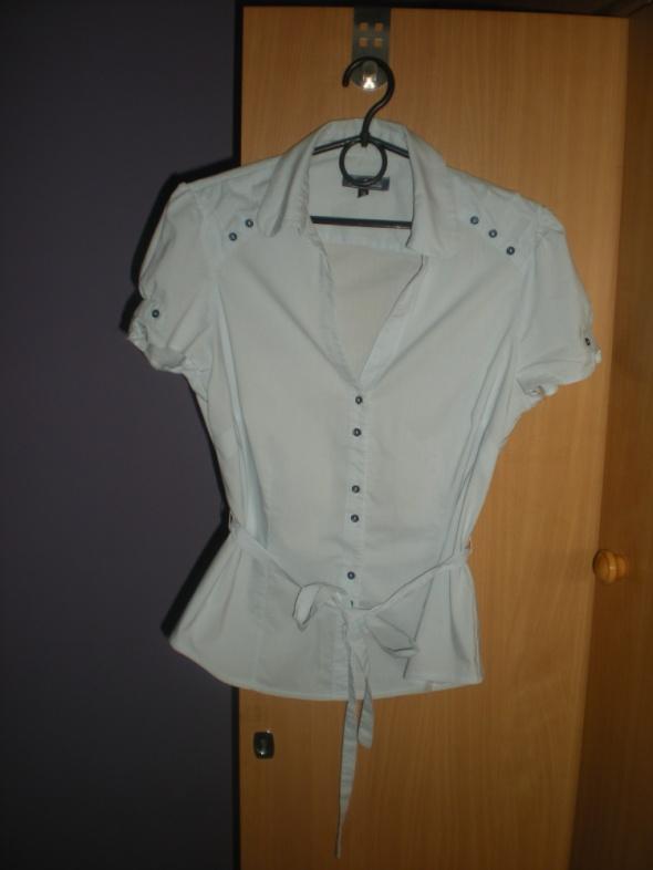 Elegancka rozpinana koszula wiązana w talii
