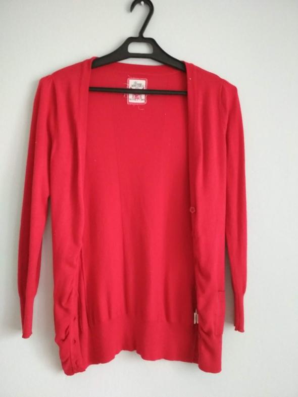 czerwony sweterek narzutka