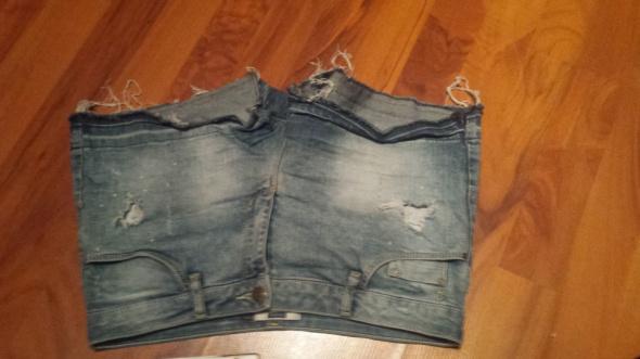 Krótkie spodenki jeansowe Bershka