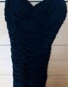 obcisła czarna sukienka...