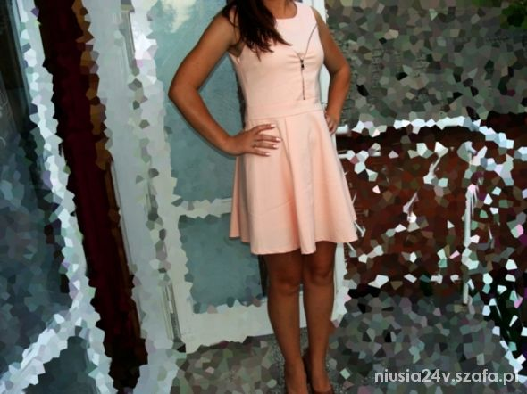 sliczna sukienczka rozkloszowana pudrowa na zamek