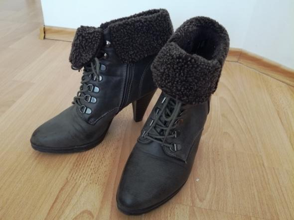 Modne buty na zime z fiterkiem wiązane na obcasie
