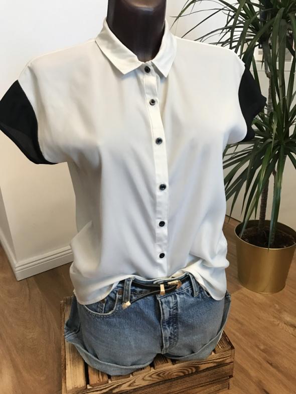 biała koszula Pull&Bear z ciemnym rękawkiem