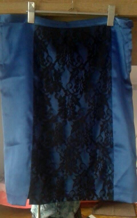 kobaltowa spódnica z koronką