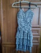 Delikatna sukienka z falbankami...
