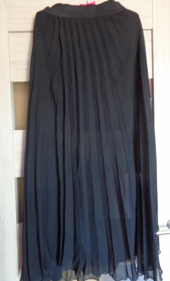 Czarna plisowana spódnica...