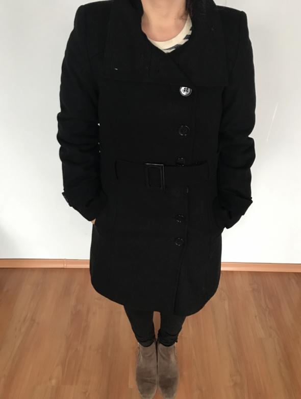 Czarny płaszcz z paskiem
