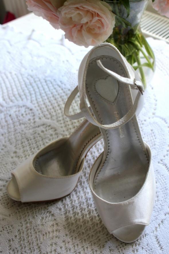 Białe ślubne buty na szpileczce r 39