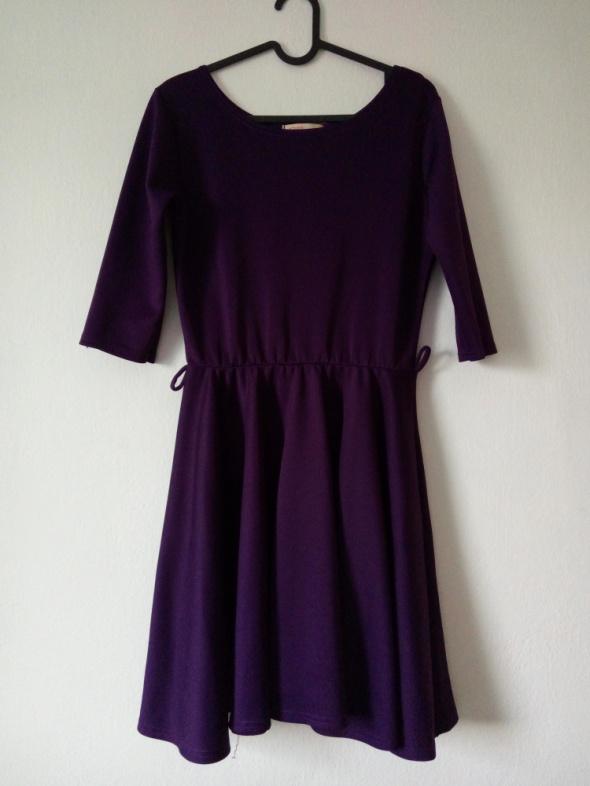 Fioletowa sukienka z koła...