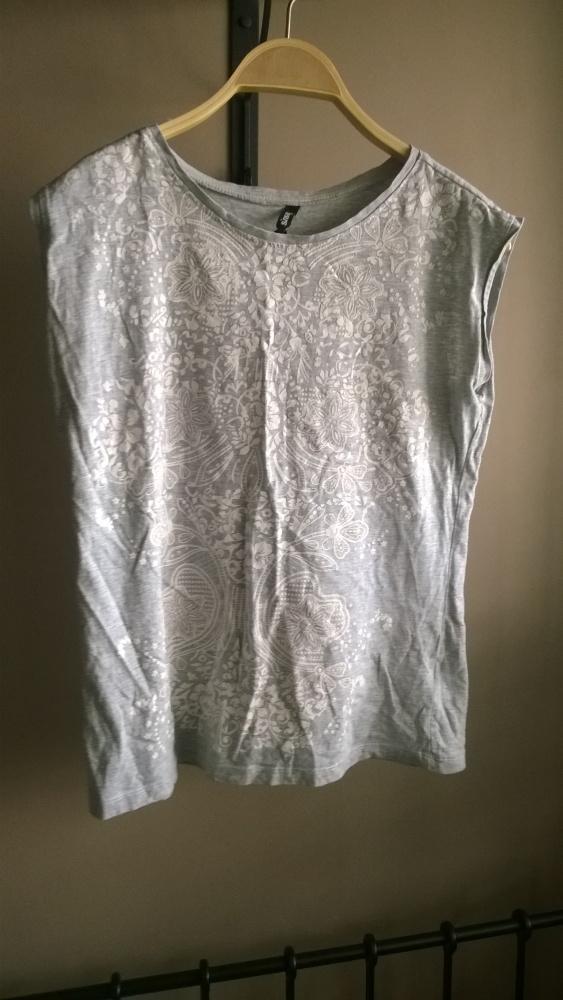 Szara koszulka sinsay z białym nadrukiem S...