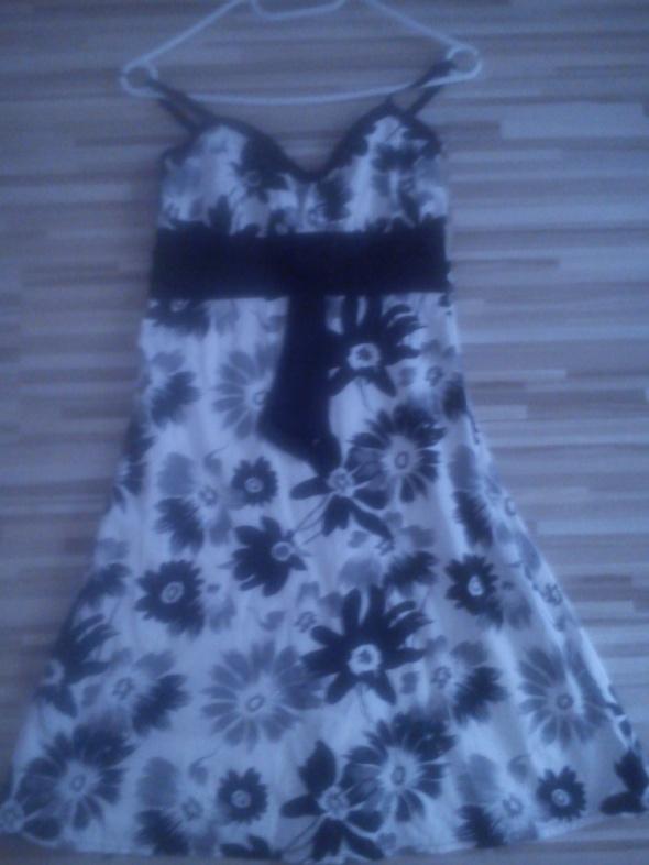 sukienka biało czarna w kwiaty