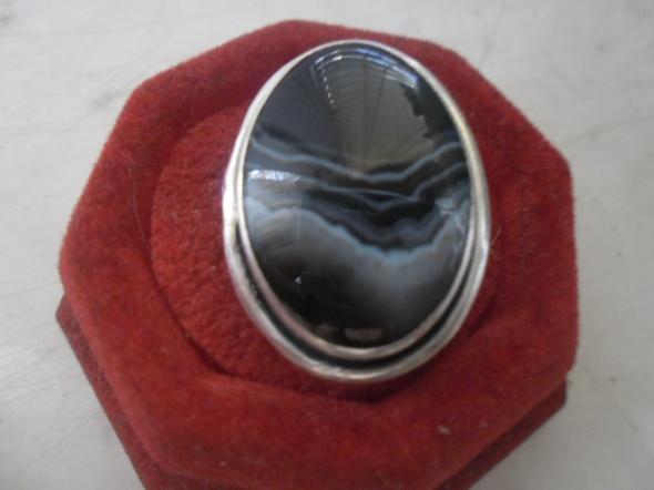 Srebrny artystyczny pierścionek z onyksem pasiastym