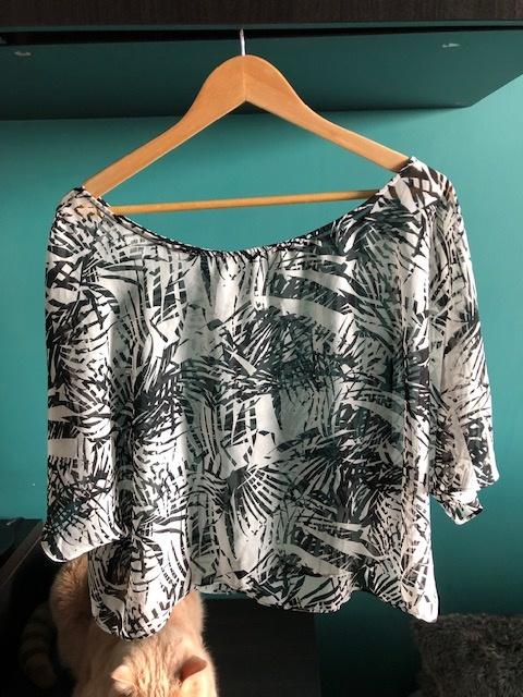 Zwiewna przezroczysta bluzka ze wzorem...