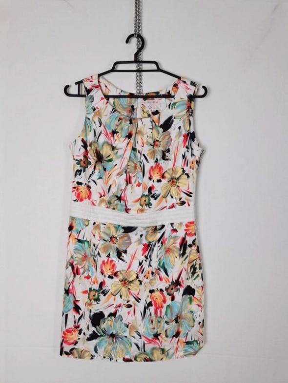 Biała prosta sukienka wzór moty kolorowe kwiaty ozdobny pas...
