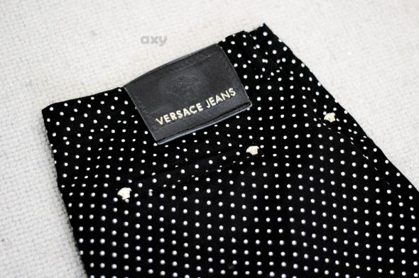 Czarne rurki w kropki Versace...