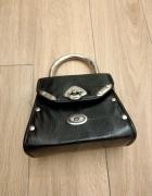 Czarna trapezowa torebka z metalową rączką