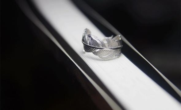 Śliczny srebrny pierścionek w kształcie piórka próba 925 regulowany