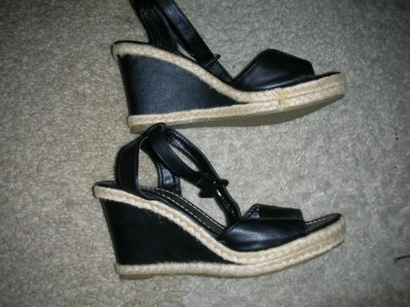 Sandały czarne na koturnie r 37