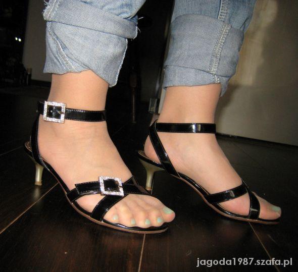 Czarne sandały 36 na niskiej szpilce z cyrkoniami