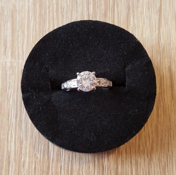 Nowy pierścionek srebrny kolor białe cyrkonie