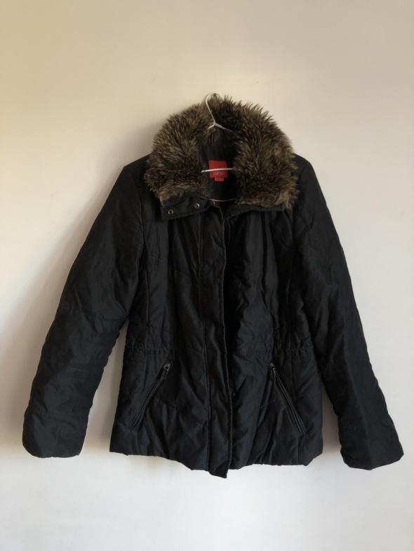 Czarna kurtka puchowa z futerkiem