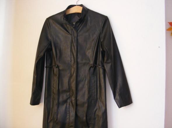 Płaszcz skóropodobny czarny Junge Mode R 36