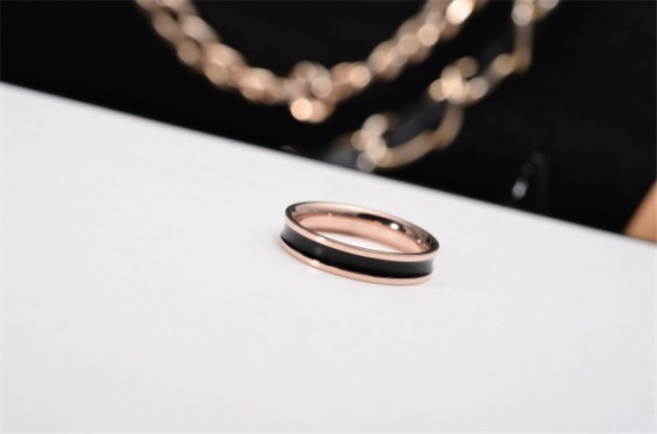Nowy pierścionek obrączka czarny pas różowe złoto złoty kolor czerń
