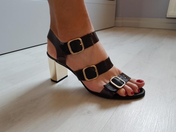 Czarne skórzane sandałki paski złote