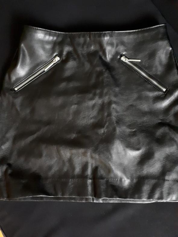 czarna skórzana spódnica hm
