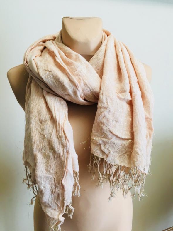 różowy szalik ze złotą nitką