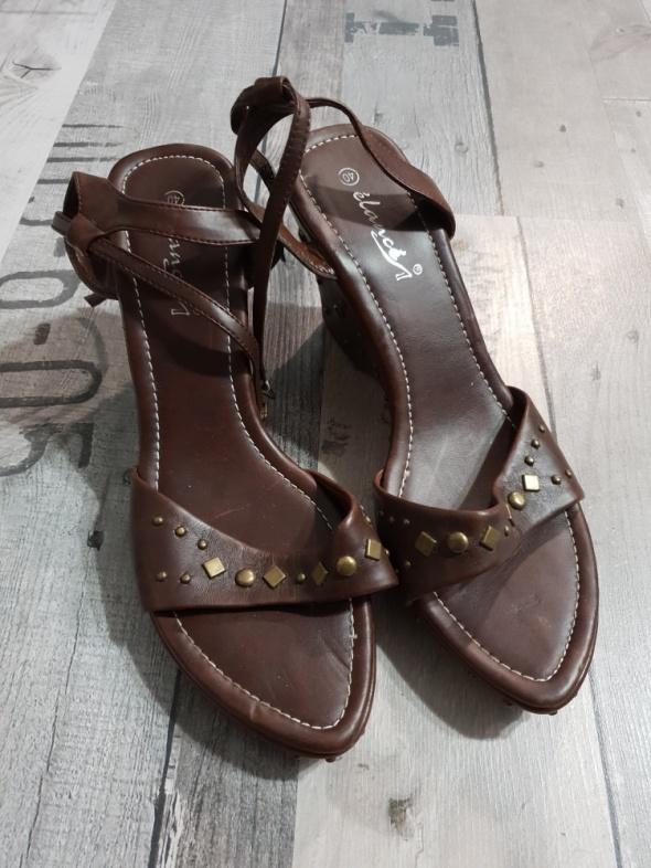 Brązowe sandały na koturnie