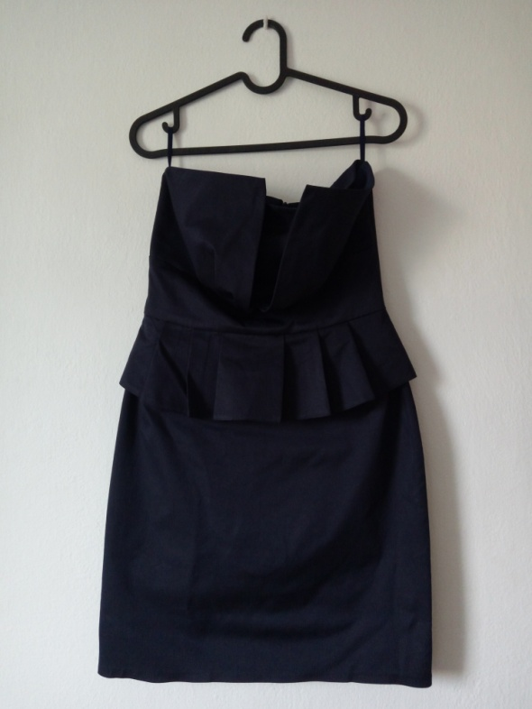 Granatowa obcisła sukienka z baskinką...