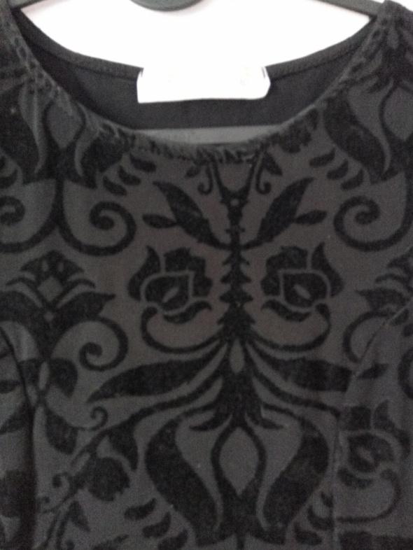 Czarna rozkloszowana sukienka we wzory...