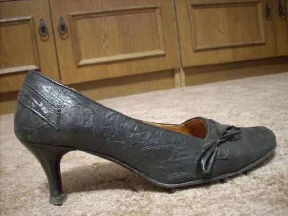 Eleganckie czarne buty na obcasach z kokardką