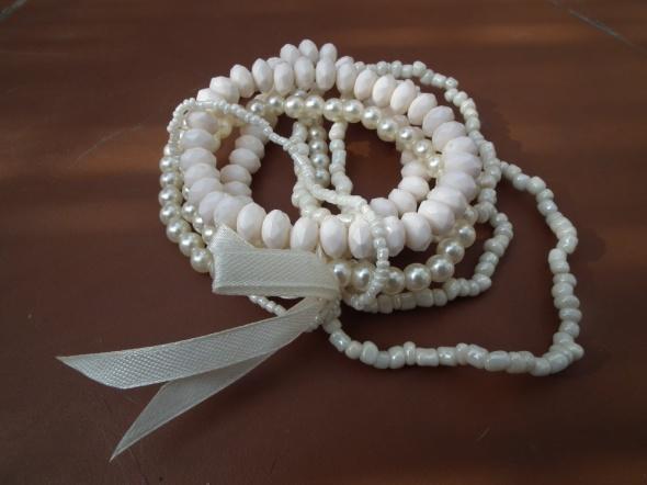 Zestaw białych bransoletek