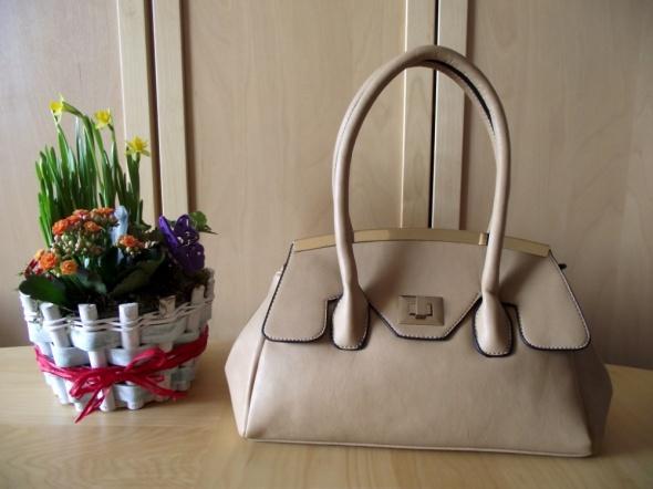 Piękna beżowa torebka typu kuferek ze złotym zapięciem